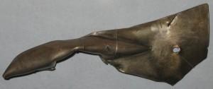 Skjoldhåndtaksbeslag av sølv fra Illerup, ca 250 e Kr. med runeinnskriften Laguþewa / LaguþewaR . Fra runeinnskrifter kjenner vi navnet på tre personer som trolig tilhørte den militære eliten i hæren som tapte et slag ved Illerup. Det er Wagnijo, Nithijo og Laguthewa. (Foto Nationalmuseets database, danske runeindskrifter) Skjoldhåndtaksbeslag av sølv fra Illerup, ca 250 e Kr.
