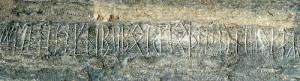Del av innskiften på Eggja steinen.Steinen er en gravhelle lagt med skriften ned.  (Foto Arild Nybø)