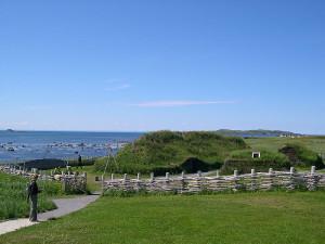 Rekonstruert hus etter norrøne tufter funnet på  Newfoundland, Canada. (Foto Dylan Kereluk, Wikimedia Commons)