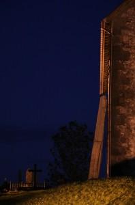 I dag er avstanden mellom Synåla og kyrkjeveggen 9.2 cm, (Foto Cathrine Glette)