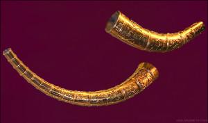 Kopi av de berømte gullhornene fra Slesvig i Danmark. Hornene er fra 400-tallet. Det ene hadde en runeinnskrift som er tolket slik: «Jeg, Legjest av Holt, gjorde hornet. Det er usikkert om dette var drikkehorn eller lurer. (Foto Malene Thyssen, Wikimedia Commons)