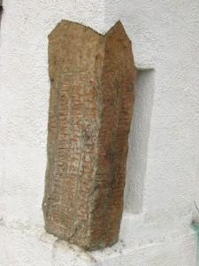 En av de tre Hällestadstenene som er gjenbrukt i Hällestad kirke. Vi vet ikke hvor de stod opprinnelig (Foto Wikimedia Commons)