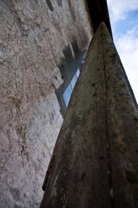 I dag er avstanden mellom bautaen og kyrkjeveggen 9,2cm! (Foto Cathrine Glette)