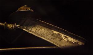 Fibula med runeinskripsjonen alugod . Fra 200-tallet. Funnet i Værløse, Danmark. Nå på Nasjonalmuseet i København (Foto Bloodofox. Wikimedia Commons)