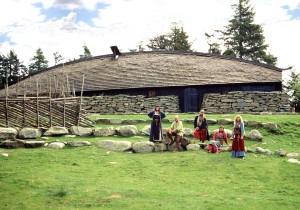 Langhuset på Vikinggarden er ein rekonstruksjon frå garden Oma i Rogaland. (Foto Svein Jakob Stensland)