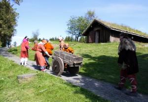 Leirskolebarna gjer nytte for seg.  Dei har henta grus til stiane. (Foto Cathrine Glette)