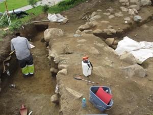 Detalj fra borganlegget som ble funnet på Avaldsnes i 2012. Steinmurene er nå dekket til igjen. dette for å sikre anlegget som ikke ble fullstendig utgravd. (Foto Ørjan Iversen)