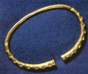 Armring av gull funnet i Storhaug. Gullarmringer regnes som verdighetstegn. De finnes sjelden i graver fra tidlig vikingtid. (Foto Historisk museum, Bergen)