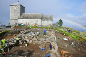Approx. 25 m of the royal building is uncovered outside the cemetary, but it continues towards St Olaf's church. The main building is 51 m long, included the tower. (Photo Marit Synnøve Vea)