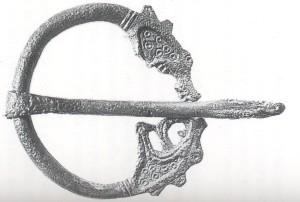 Ringspenne med to drakehoder fra Ferkingstad. Funnet i en kvinnegrav,  trolig fra tiden mellom 725 - 800. (Foto AmS)