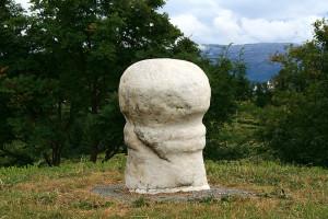 Det ble også reist fallossteiner. En av de mest kjente er Dønnafallosen av hvit marmor fra folkevandringstida (Foto Wikemedia Commons)