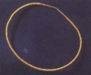 Armring av gull fra Prinsahaug, Gullblandingen har mye sølv og lite kopper. Trolig kom dette gullet fra Irland. (Foto Bergen Museum)