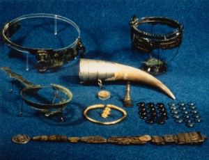 Deler av Flagghaugfunnet. Fingerringen er den såkalte Kolstøringen, funnet  annet sted på Avaldsnes, og tilhørte ikke Flagghaugfunnet. (Foto Bergen Museum)