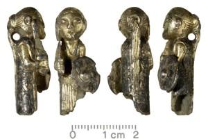 En liten sølvfigur av en kvinne med sverd og skjold, funnet i Danmark desember 2012. Hun er blitt tolket som valkyrje. Odense Museum, Foto Wikimedia Commons)