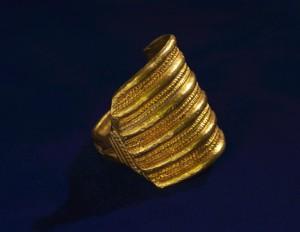 En av fingerring som ble funnet i hovedgraven i Flagghaugen  Flagghaugen.(Foto Bergen Museum)