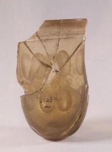 Glassbeger funnet i en grav ute i havgapet på Feøy. Sen romertid. (foto AmS)
