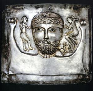 Ansikt fra  Gundestrup kjelen.Halsringen han har rundt halsen er en torque. (Foto Archaeology in Europa