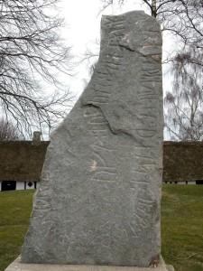 """Runestein, Riumsø. (ca 900)  """"Thore, bror av Enride, reiste denne stein til minne om sin mor.  En mors død er det verste som kan hende en sønn.» (Foto Wikimedia Commons)"""