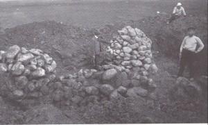 UTGRAVING AV  KJØRKHAUG I  1905.  Vi ser to av av de syv  kjegleforma røysene som lå inne i haugen. (Foto Bergen Museum)