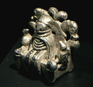 Denne figuren funnet i 2009 blir kalt Odin fra Lejre.  Er Odin kledd i kvinneklær? Eller kan det være Frigg eller Frøya som sitter i høysetet Lindskjalv?  Grimnismål sier at