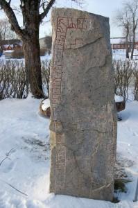 Runestein i Gävleborgs län  Det fantes kvinnelige runeristere. Denne er ristet av Gunnborga, (Foto Wikimedia Commons)