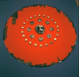 Skjold fra Illerup. Mange av skjoldene i romertid var farget egyptisk blå eller sinober røde. (Foto Moesgård Museum)