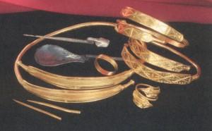 Gravgaver fra Sveriges rikeste grav,  kvinnegraven fra Tuna, ca 300 e. Kr. (Foto Gunvor Jansson, Statens historiska Museum, Stockholm)