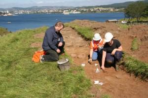 Høydedraget Kongshaugen skal ha fått navnet sitt fordi Augvald ble gravlagt her. I 2005 fant AmS ei røys fra folkevandringstid i nordre enden. (Foto Ørjan Iversen)