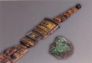 Sverd, slire med sølvblikk og presset  gullblikk til bandolær fra Flagghaugen. Parallellar til slirebeslag og gullblikk i  Illerup. (Foto Bergen Museum)