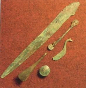 Dolkeblad, bøylenål, knapp, pinsett og rakekniv fra Kubbhaug  (Foto Bergen Museum)