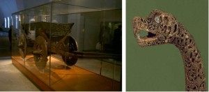 Oseberg vogna og en av dyrehode stolpene. Disse kan ha blitt brukt i religiøse prosesjoner. (foto Wikimedia Commons)