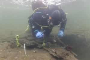 Avaldsnesskipet ligger godt gjemt i mudderet i det den indre havna. Foto. Stavanger maritime museum