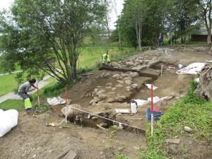 I 2012 fann vi rester av eit borganlegg på Avaldsnes. Det blei bygd ein gong mellom 600 og 800 e. Kr. Slike anlegg vitnar om urolege tider.  Var det Augvald eller etterkomarane hans som bygde borga?