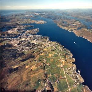 Det smale Karmsundet med Avaldsnes og Salhus, der skip måtte vente til strømmen skulle snu. Foto Norsk Flyfoto AS