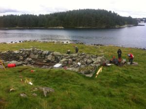 Undersøkelser av en hanseatisk hustuft i 2010. En liknende tuft finnes også på Stutøy. Foto Marit S. Vea
