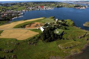 Plassering av Grønhaug i høve til kongsgarden på Avaldsnes. Grønhaug markert med raudt.