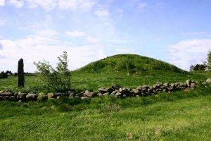 Lokal tradisjon har gitt ein av dei store gravhaugane på Blodheia namnet Guttormshaug eller Prinsahaug fordi dei trudde Guttorm Eirikson var gravlagd i haugen, men dette er gravhaugar over hovdingar som levde i eldre bronsealder. (Foto Marit S.Vea) Då dei to hærstyrkane møtte kvarandre på Blodheia i 953, kjempa dei mellom desse haugane som alt då var over 2000 år gamle. (Foto M. S. Vea)