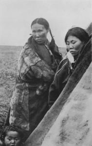 Samojedkvinner. Frå Nansen sin ekspedisjon til Sibir tidleg på 1900-talet. Nansen skriv at nokre av dei mørke samojedane han møtte minna om kinesarar av utsjånad.  (Foto: Frå Nansens bok: Gjennom Sibir)