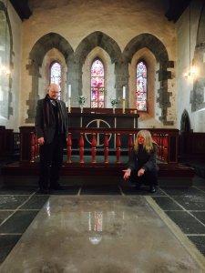 Torfæus ble gravlagt i koret like utenfor alterringen i Olavskirken på Avaldsnes. Her kan vi fremdeles se gravhella hans. (Foto Bård Titlestad)
