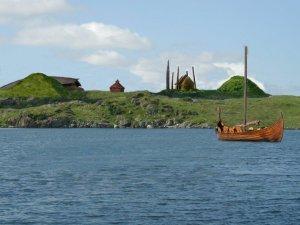Etter tradisjonen skal det vera Olav som bygde den første kyrkja Avaldsnes. Denne kyrkja bygde han inne i  den heidenske kultstaden av fem  kjempesteinar.  På det viset vigsla han den gamle kultstaden til Kvitekrist. Bildet viser korleis kyrkja kan ha sett u mellom kjempesteinane
