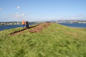 Dei tre gravene ligg på ein topp, med god sikt mot Karmsundet og mot mange andre gravminne i området. (Foto Marit S. Vea)