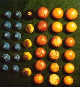 I Storhaug blei det funne to sett spelebrikker.  Spelebrikkene i rav var opphavleg 20 stk. Spelebrikkene i glass var fordelt slik: 12 blå, 4 gule og 1svart. . Foto Bergen Museum.