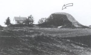 Storhaug slik den må ha sett ut før utgraving. Storhaug før var opphavleg ein av Noregs største gravhaugar, mellom 40 - 50m i dm  og 5 - 6 m høg. Slik den låg, på eit lite platå der       Karmsundet er smalast, virka den enda høgare. Foto Jenny Rita Næss, AmS