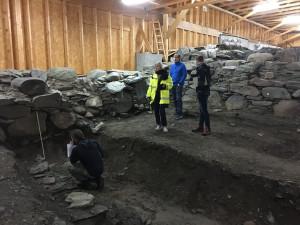 Folk fra NIKU, Bakken og Magnussen AS, Multiconsult AS og Karmøy kommune på befaring nov. 2019. Foto Marit S. Vea