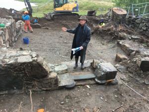 Da arkeologene begynte å grave inne på kirkegården, fant de store murer etter kongsgårdanlegget. Her står Dagfinn Skre i tårnruinen. Foto S. Vea