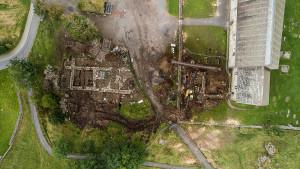 Kongsgårdruinen sett ovenfra. Foto Austevik Dronefoto
