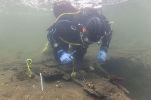 Marine archaeologist examines the well-preserved ship which is located in the sea at Avaldsnes. Photo: The Port of Power