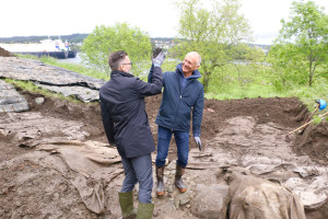 8. June 2017 we celebrated that the excavtions of the medieval royal manor could starts agang. Mayor Jarle Nilsen and Dagfinn Skre, head of the Royal Manor project, take a High Five. Photo Karmøynytt
