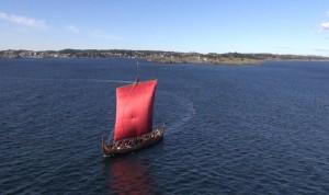 Draken Harald Hårfagre. Gjenskaping ev en av storskipene fra sagalitteraturen. Kan også være en busse. (Foto Dag Sjøvold)