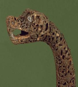 Det ble funnet fem dyrehoder i oseberggraven, men ingen av dem hørte til selve skipet. Trolig har figurene vært brukt i religiøse prosesjoner. Disse vakre hodene kan også gi oss en pekepinn på hvordan drakehodene som prydet vikingskipene kan ha sett ut. (Foto: Kulturhistorisk museum, Oslo)